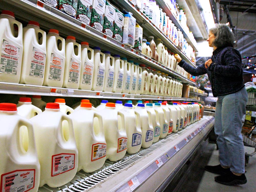 Sữa nhập khẩu là một trong những món hàng sôi động trên thị trường